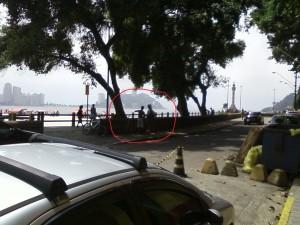 Policial enquadrando ciclista.