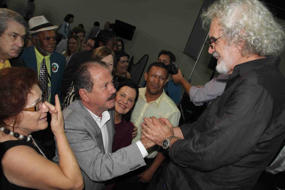 O caipira Renato Teixeira emprestando seu prestígio para promover a Associação Paulista de Municípios - uma entidade que usa nosso dinheiro pra fazer seus eventos particulares